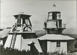 霧鐘台(左側)と葛登支岬灯台(右側)